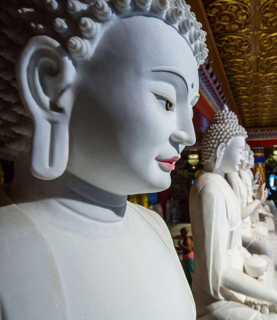造佛聖像,是成佛不可少的福慧資糧。一旦福慧資糧累積如海,覺性自能開顯。(噶瑪噶居寺如來殿七佛)