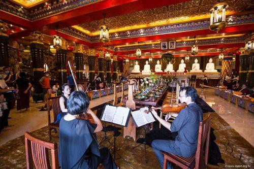設宴供養諸佛菩薩,輔以雅樂妙音,香華薰爐嚴飾。藉由佛誕供養,祈願民生調和,佛佑台灣!