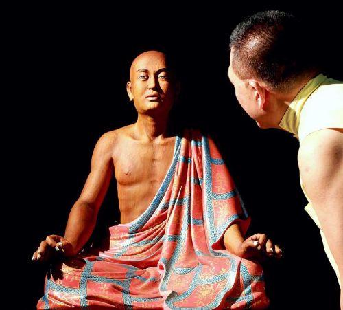 噶瑪寺現代阿羅漢,有別唐宋傳統風格,是隱藏版佛像。傳說當年專心一致看其中某一尊時,木刻佛像會呼吸。有人看見佛像向他眨眼。各種相應故事屢見不鮮⋯⋯