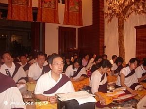 師兄們專注的學習獻曼達的流程,最重要的就是要熟記三十七供的方位。